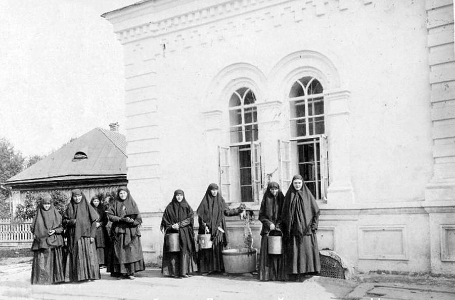 ジヴェエヴォ修道院。井戸のそばに立つ修道女ら。1890年代