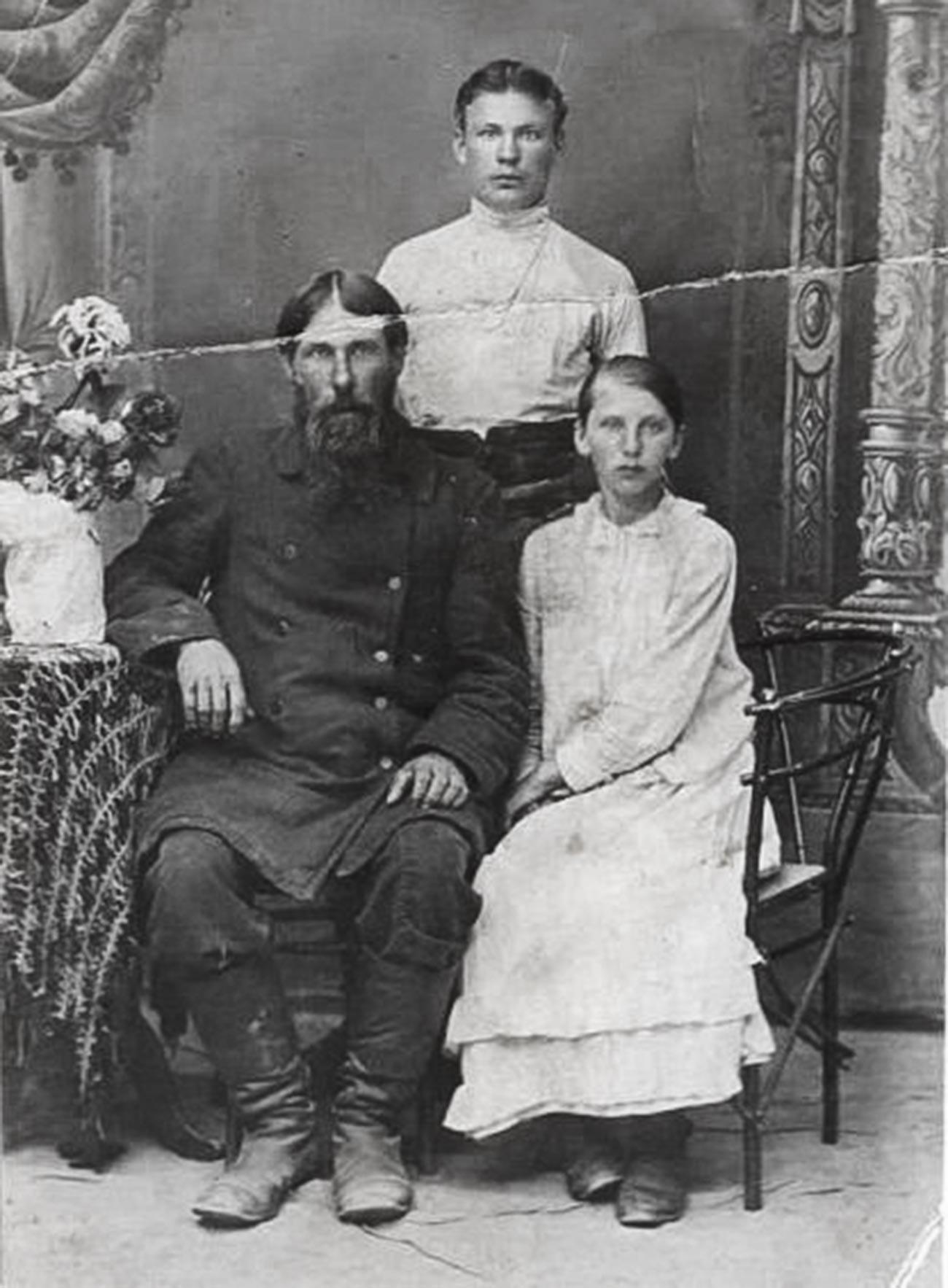 Fotografija neznanih ljudi z naslovom Rasputin z otroki