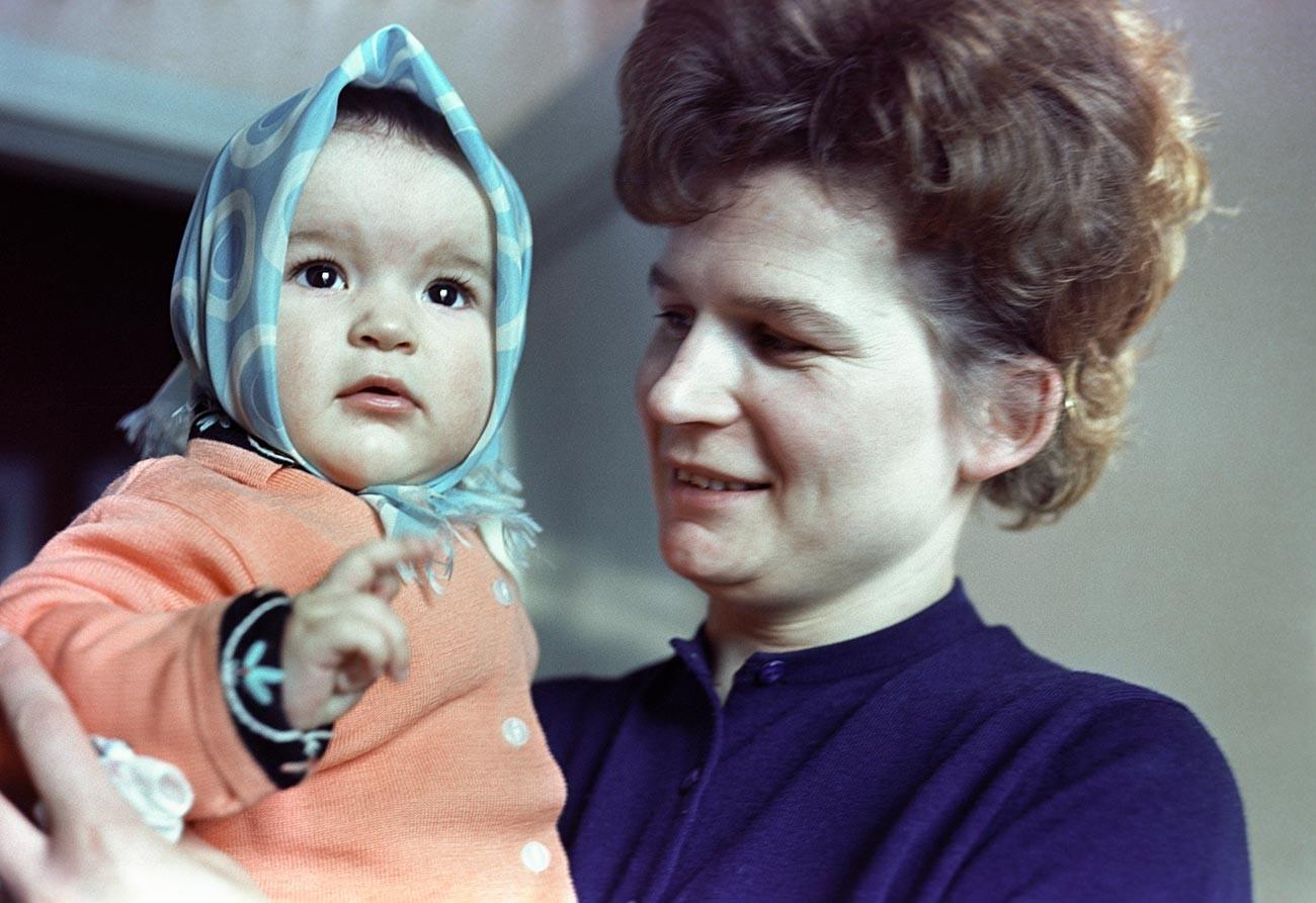 Первая в мире женщина-космонавт, Герой Советского Союза Валентина Терешкова с дочкой Аленкой.