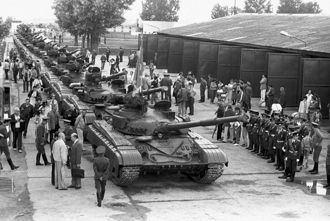Военно оборудване напуска страната. Изтегляне на съветските войски от територията на Унгария.