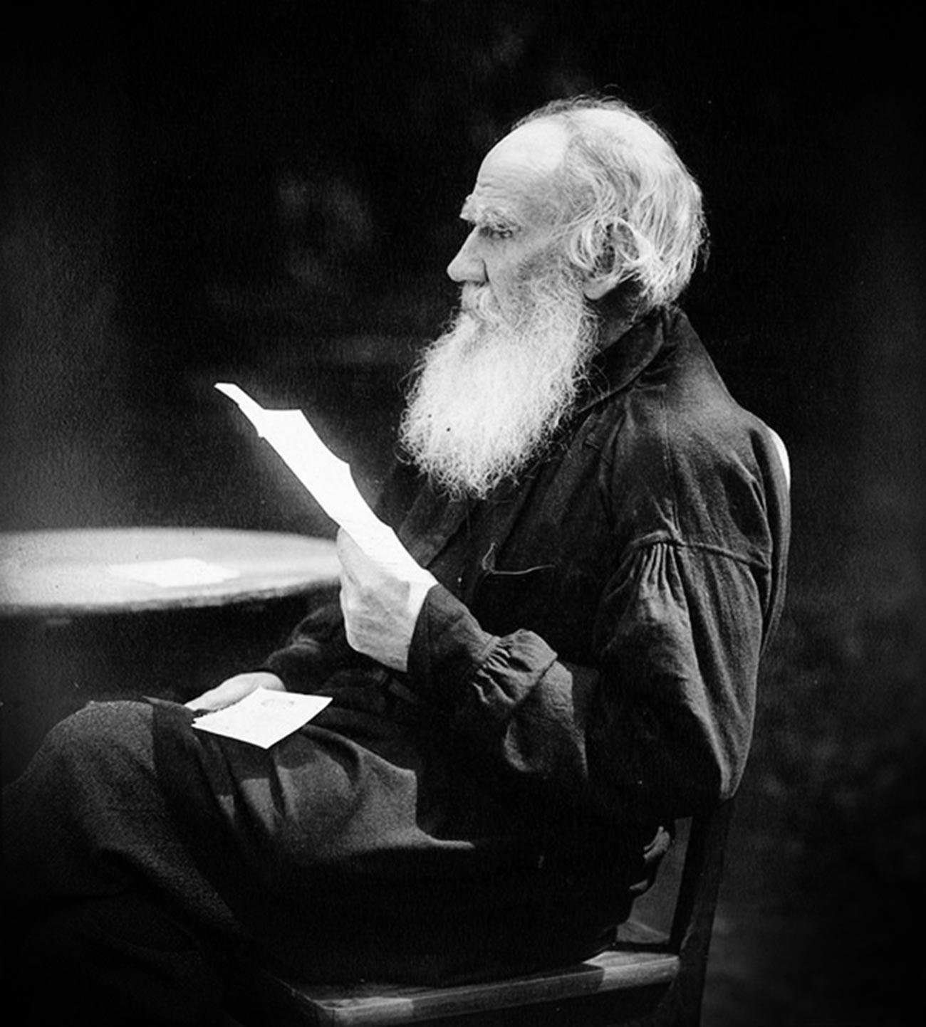 Leo Tolstoi beim Lesen eines Briefes