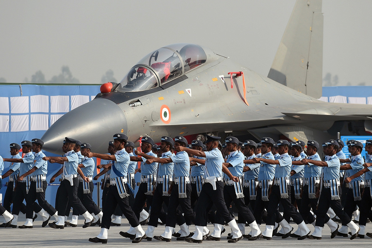 """Припадници на индиското воено воздухопловство маршираат пред ловецот Су-30 МКИ """"Сухој"""" на генералната проба за парадата по повод Денот на военото воздухопловство на воздухопловната база Хиндон во Газијабад, во предградието на Њу Делхи"""