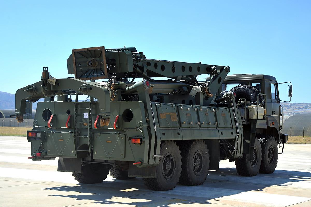 """Возило за транспорт и за полнење ракети кое е дел од комплетот на системот за ПВО/ПРО С-400 """"Триумф"""". Фотографија што Министерството за одбрана на Турција ја направи и ја објави на 27 август 2019 година"""