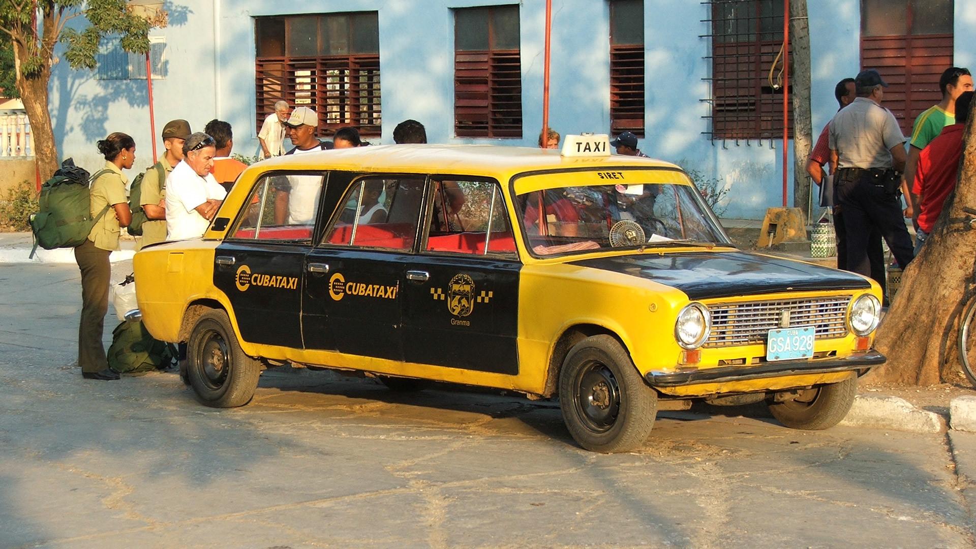 Taksi di Kuba (versi modifikasi Lada dengan bodi limosin).