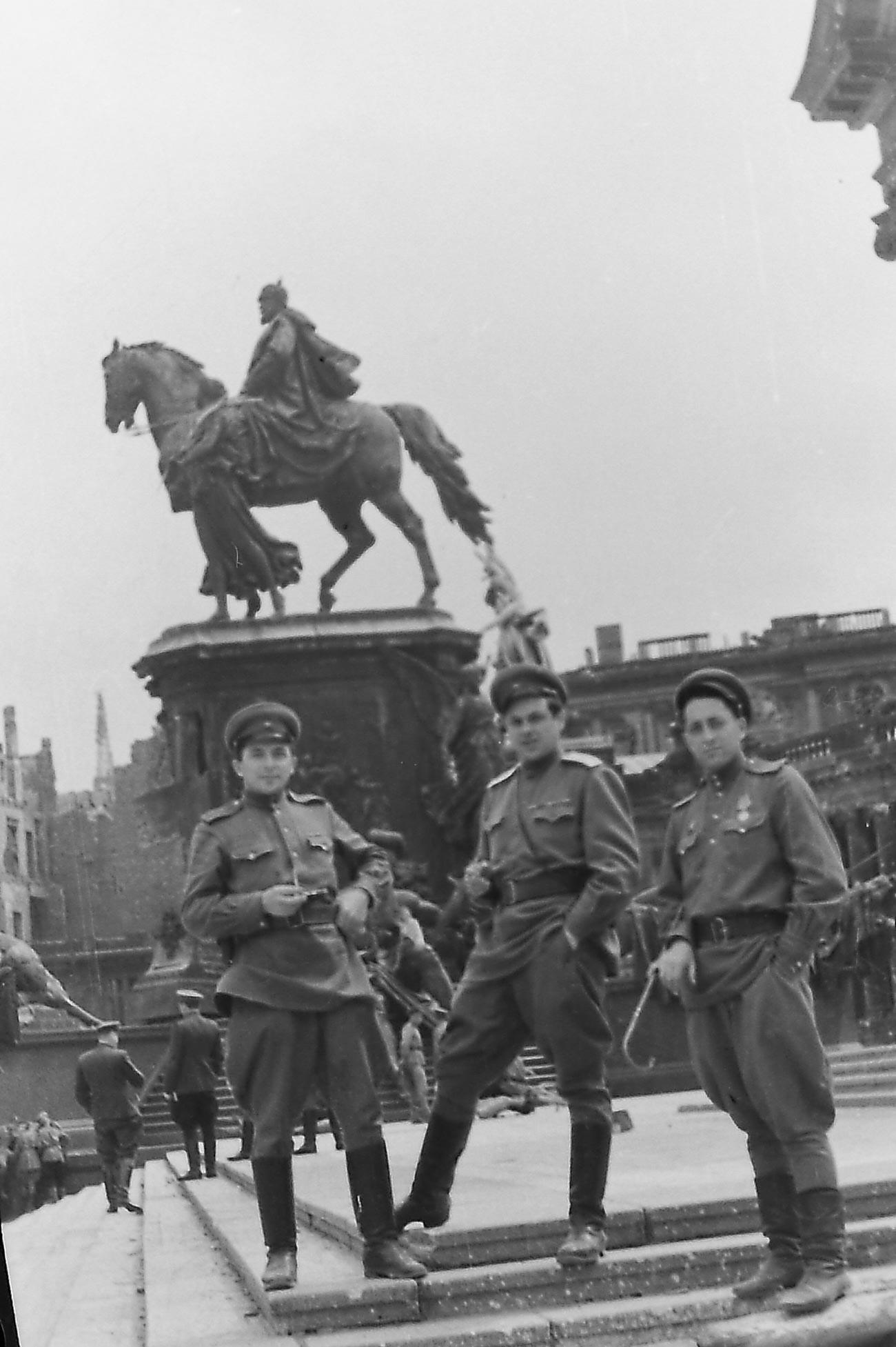 El director León Saakov (en el centro) con los reporteros cinematográficos de guerra Iliá Arons y Mijaíl Poselski. Berlín, junio de 1945