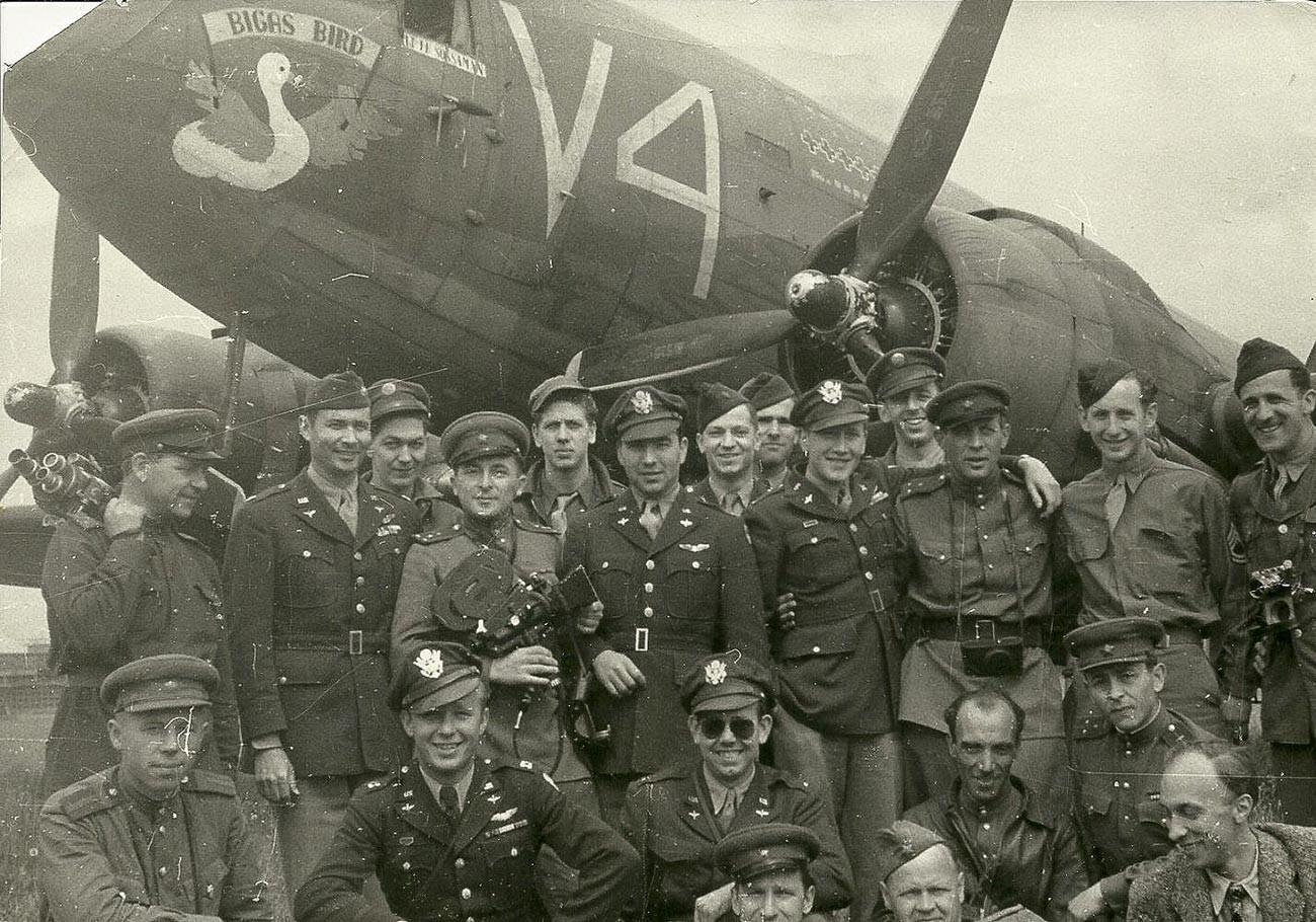 Periodistas soviéticos con un grupo de militares aliados. El camarógrafo Iliá Arons es el cuarto por la izquierda, en la fila superior. Aeropuerto de Tempelhof, Berlín, mayo-junio de 1945