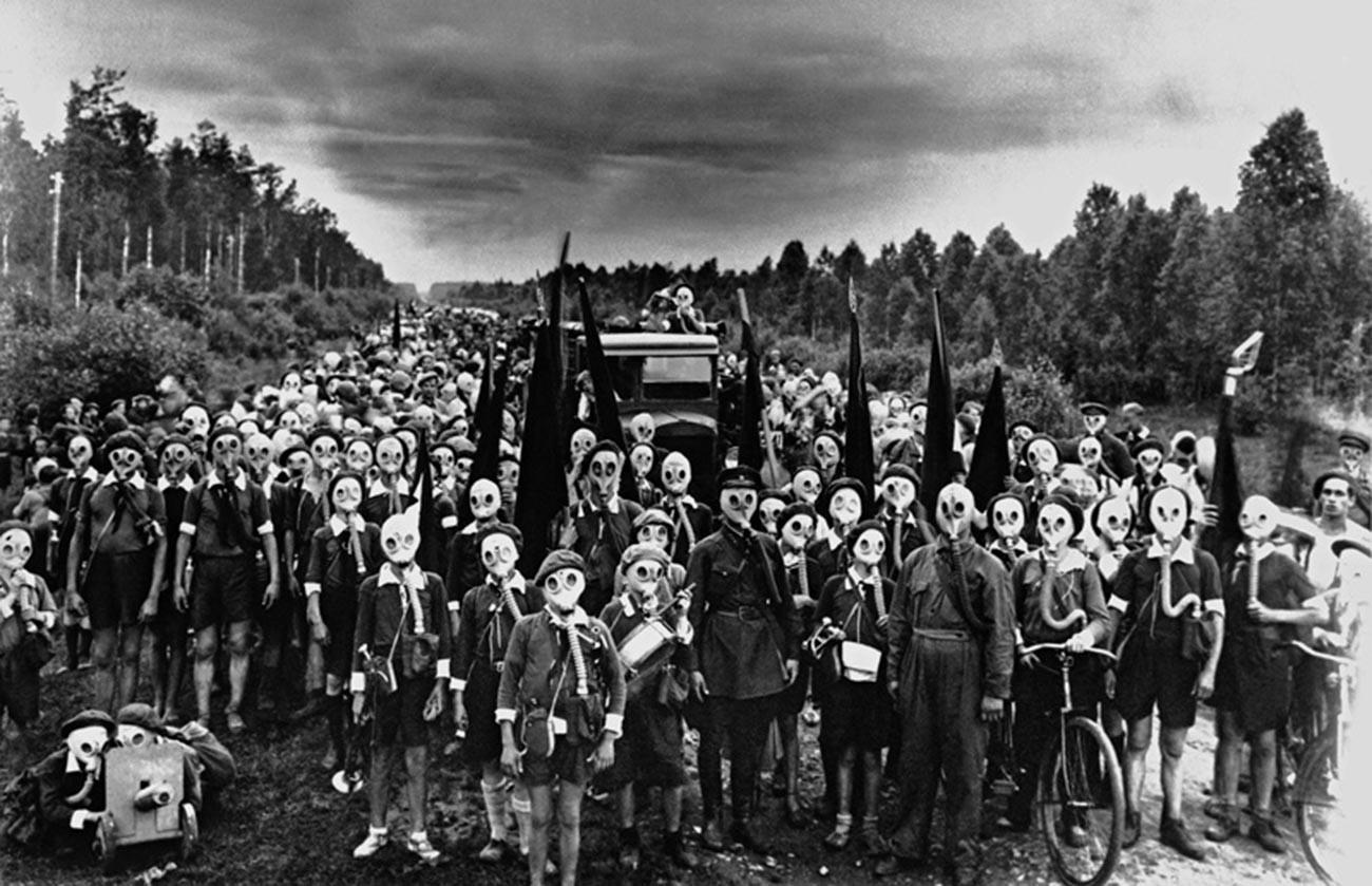 Para anggota Gerakan Pionir saat mengikuti pelajaran pertahanan sipil, 1937.