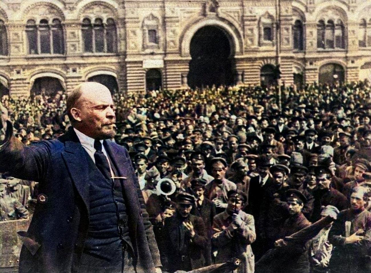 Vladimir Lénine prononçant un discours devant des militaires à l'occasion du premier anniversaire de la fondation des forces armées soviétiques, place Rouge, Moscou