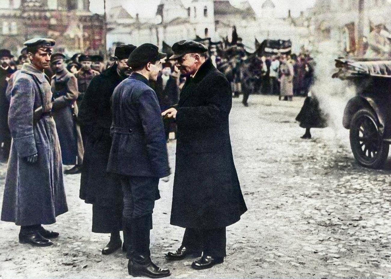 Lénine conversant avec le secrétaire du Comité central des bolcheviks à Moscou, Vladimir Sagorski