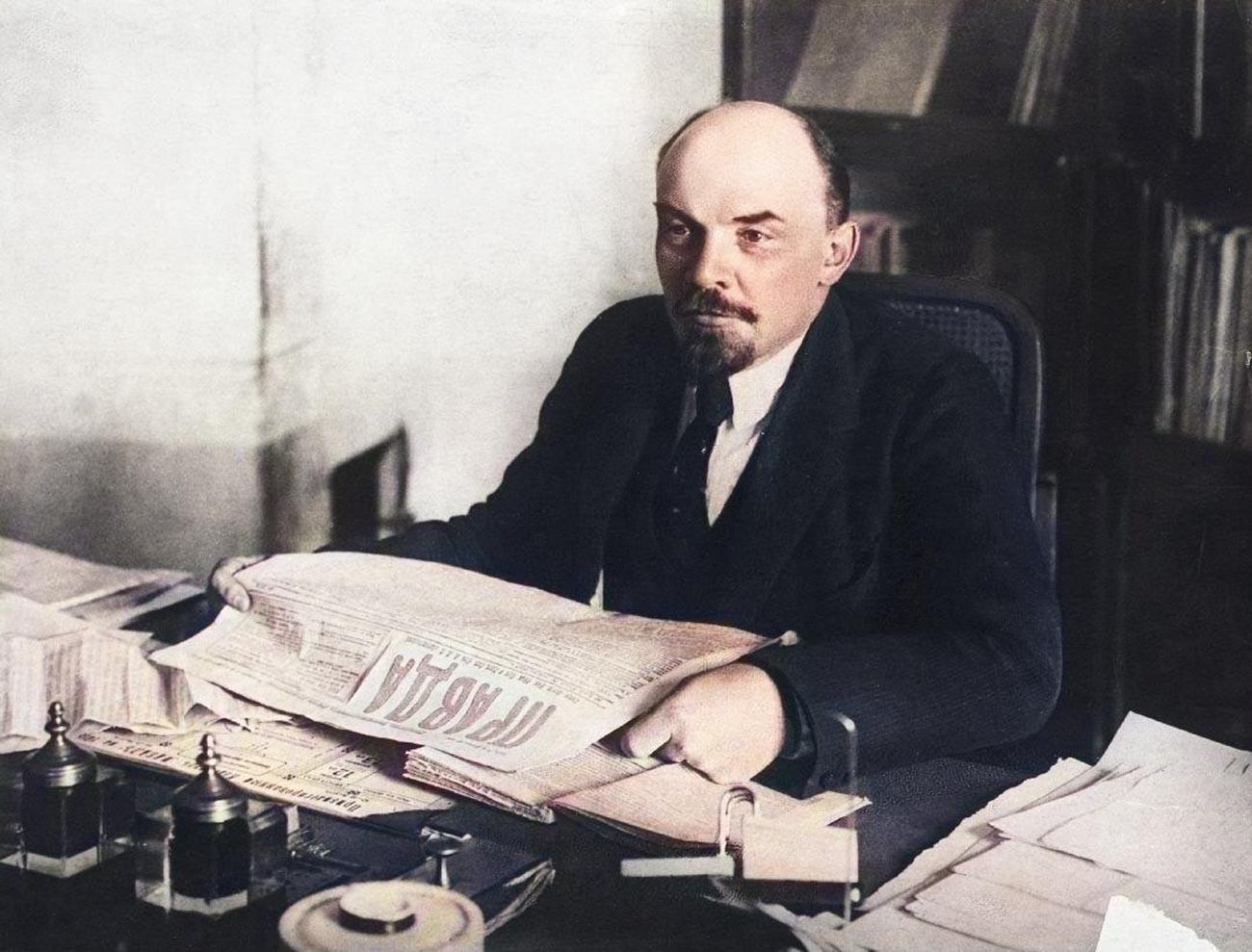 Lénine tenant un exemplaire de la Pravda