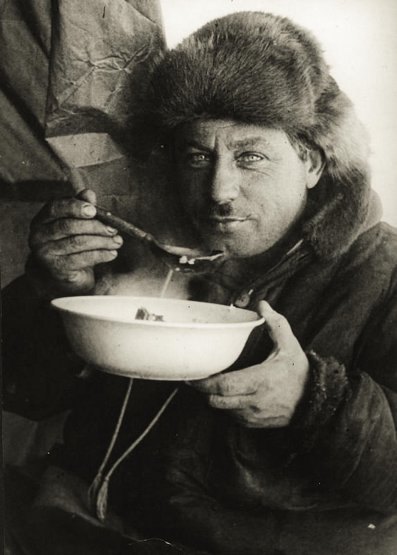 Иван Папанин снимает пробу первого блюда на станции «Северный Полюс-1»