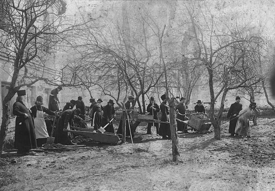 Nettoyage du jardin au monastère de l'Annonciation. 1895-1904