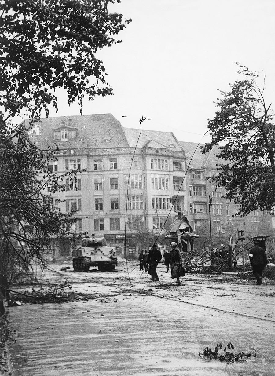 """Други светски рат, Немачка, Битка за Берлин. Совјетска војска је заузела трг Софије-Шарлоте у Шарлотенбургу (тенк """"Шерман"""" који је користила совјетска армија), 29.04.1945."""