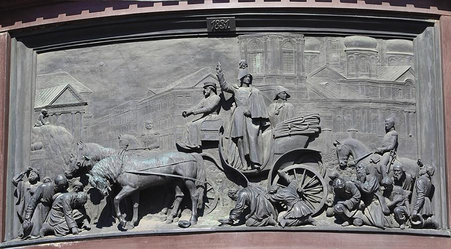 Nikolay I menghentikan kerusuhan di Alun-alun Sennaya (detail monumen Nikolay I di Sankt Peterburg).