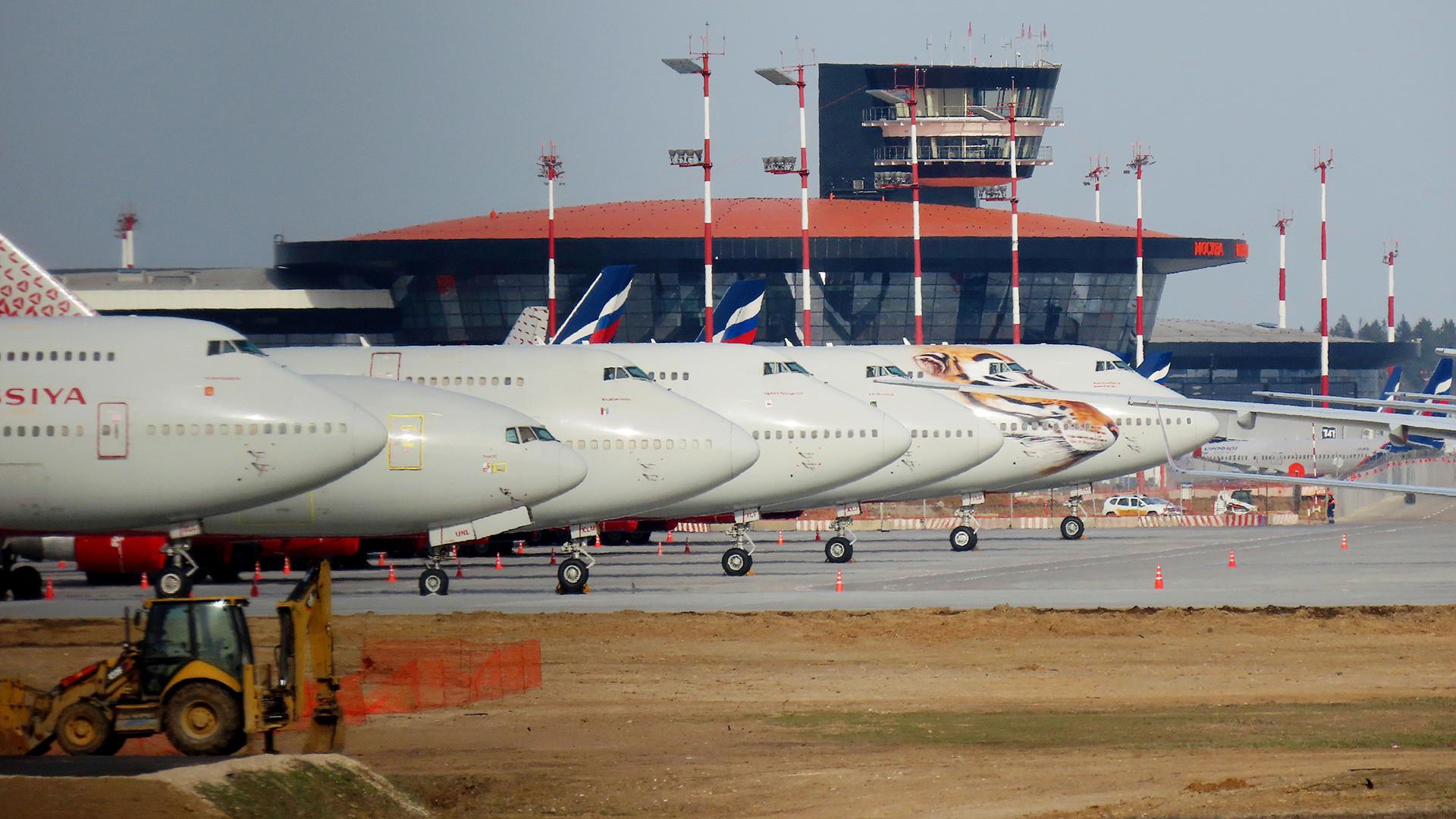 Pesawat-pesawat terlihat menganggur di Bandara Internasional Sheremetyevo, sementara penyebaran COVID-19 terus berlanjut.