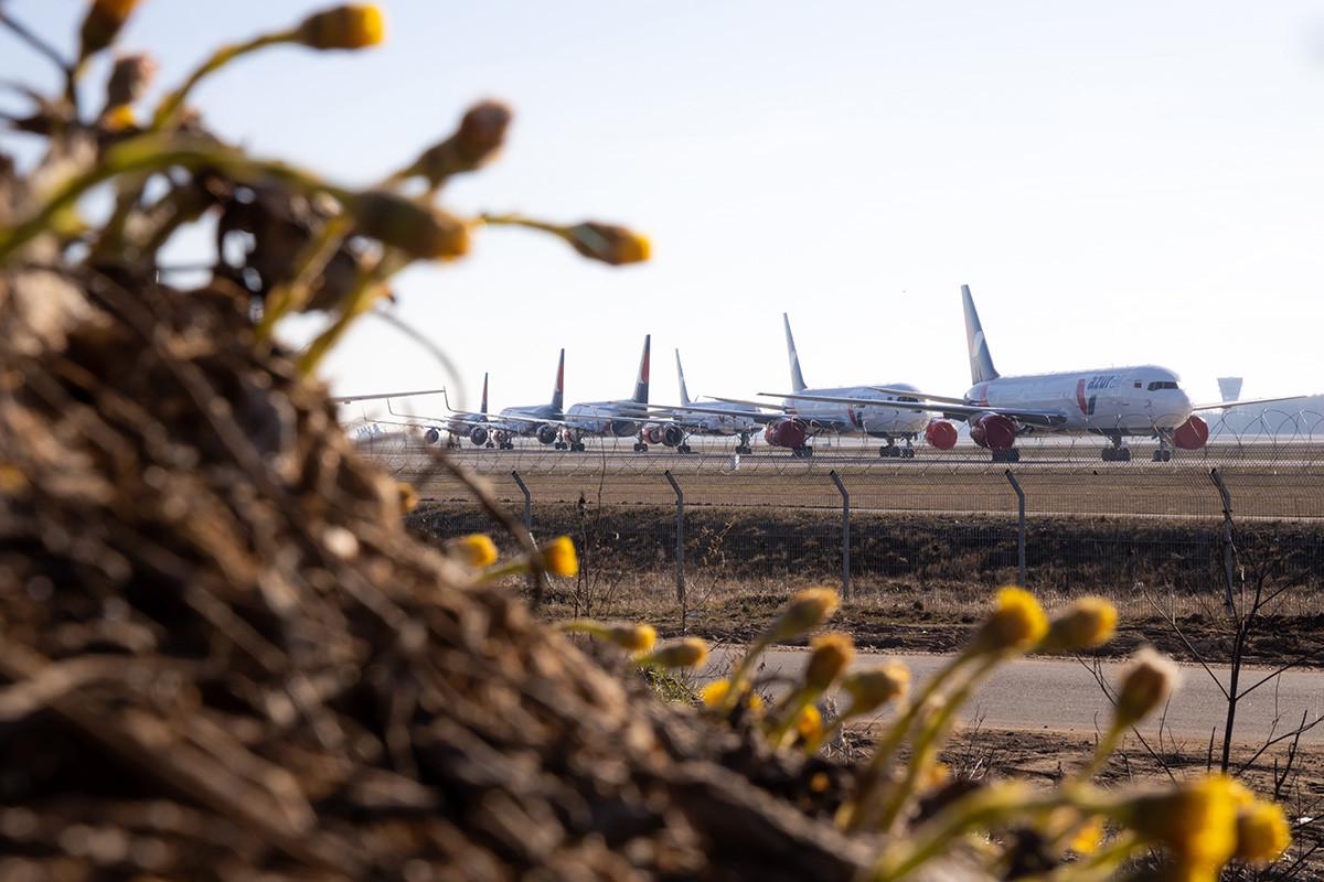 Pesawat Azur Air di Bandara Vnukovo, Moskow.