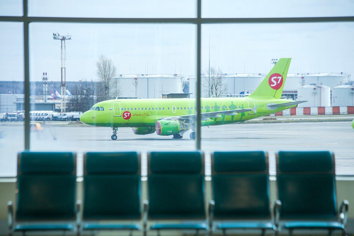 Pesawat S7 di Bandara Domodedovo, Moskow.