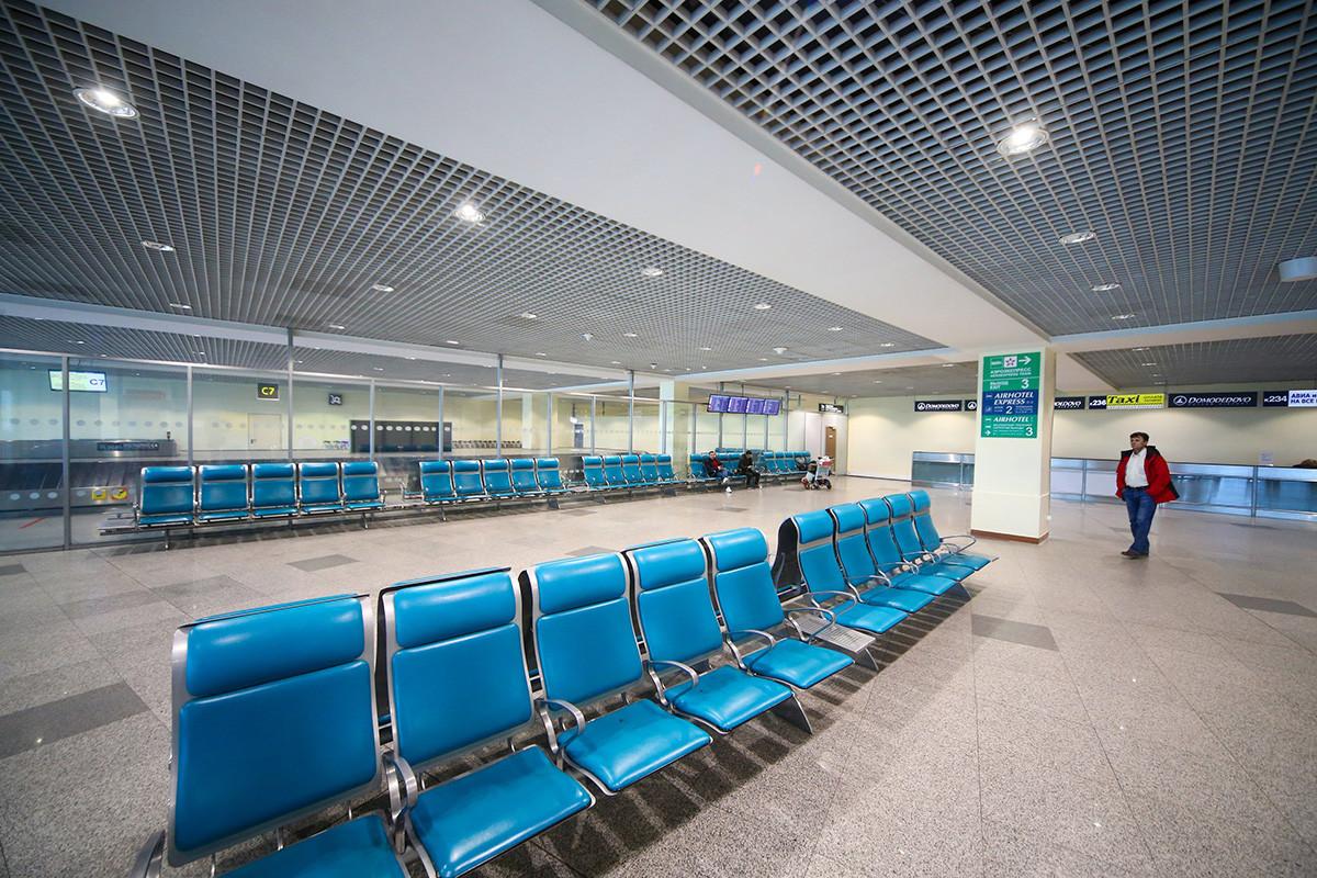 Bandara Domodedovo tampak kosong.
