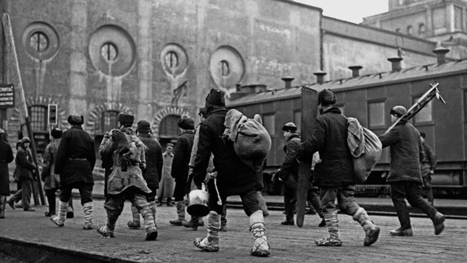 カザンスキー駅に到着した農民たち