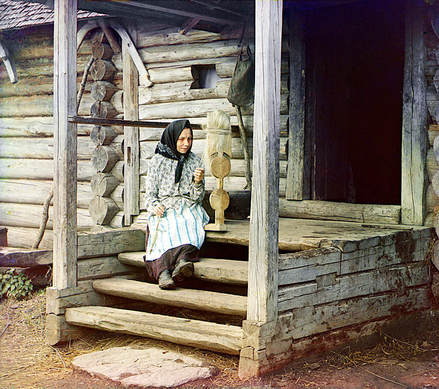 Une fileuse dans le village d'Izvedovo, en 1910