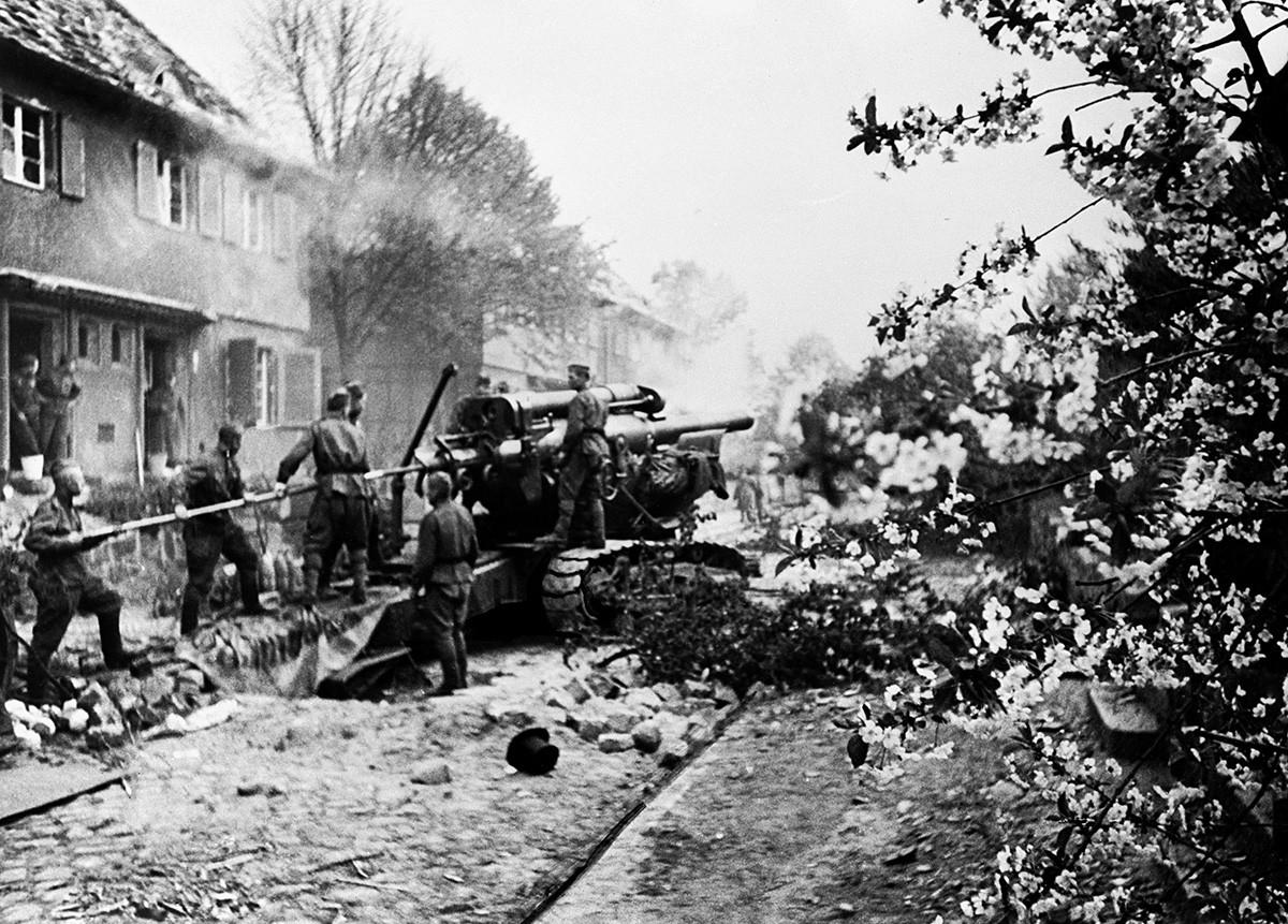 Berlin, Njemačka. Artiljerijska posada sovjetske haubice B-4 kalibra 203 mm pod zapovjedništvom vodnika N. Meškova gađa Reichstag u Drugom svjetskom ratu.