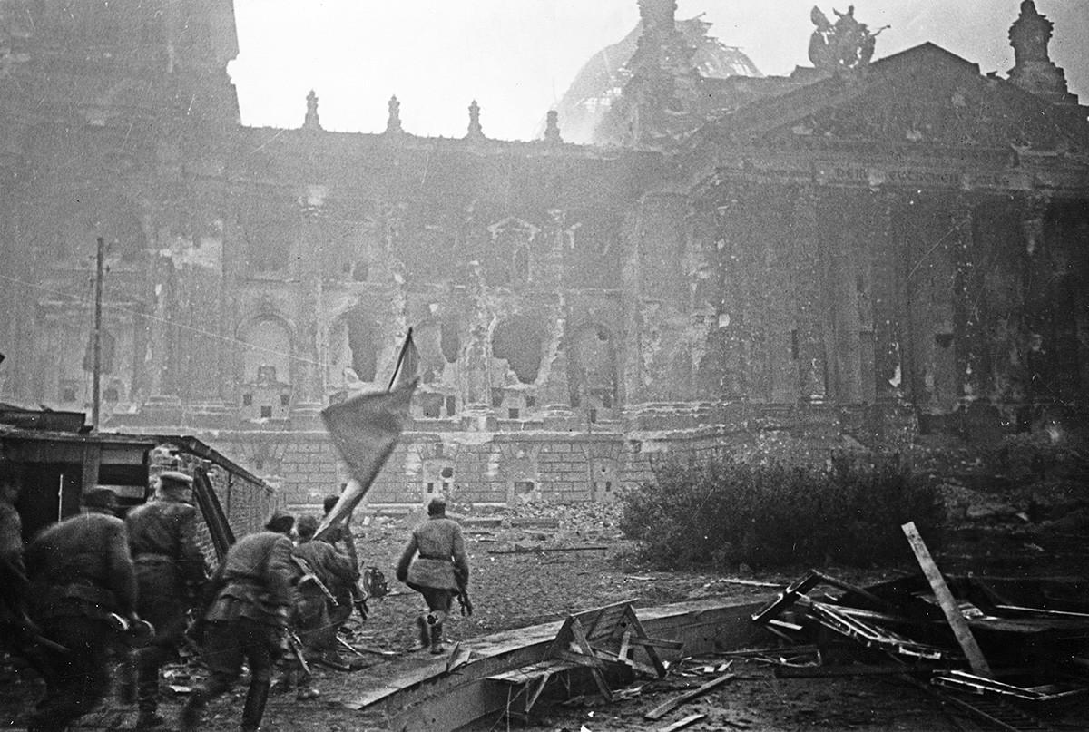 Vojnici Crvene armije nose svoju ratnu zastavu u jurišu na Reichstag, Berlin 1945, Drugi svjetski rat.