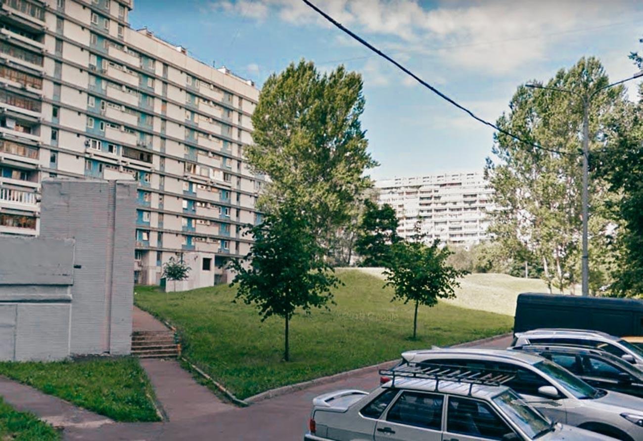 Хълмове в двора на сграда в Северно Чертаново