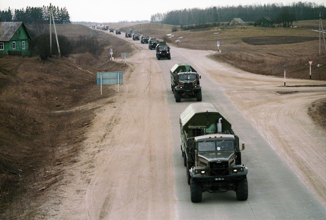ソ連防空隊がリトアニアから撤退している