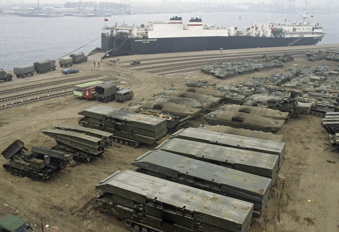 ドイツからの撤退、ソ連基地からの兵器がロストック港で出荷されている