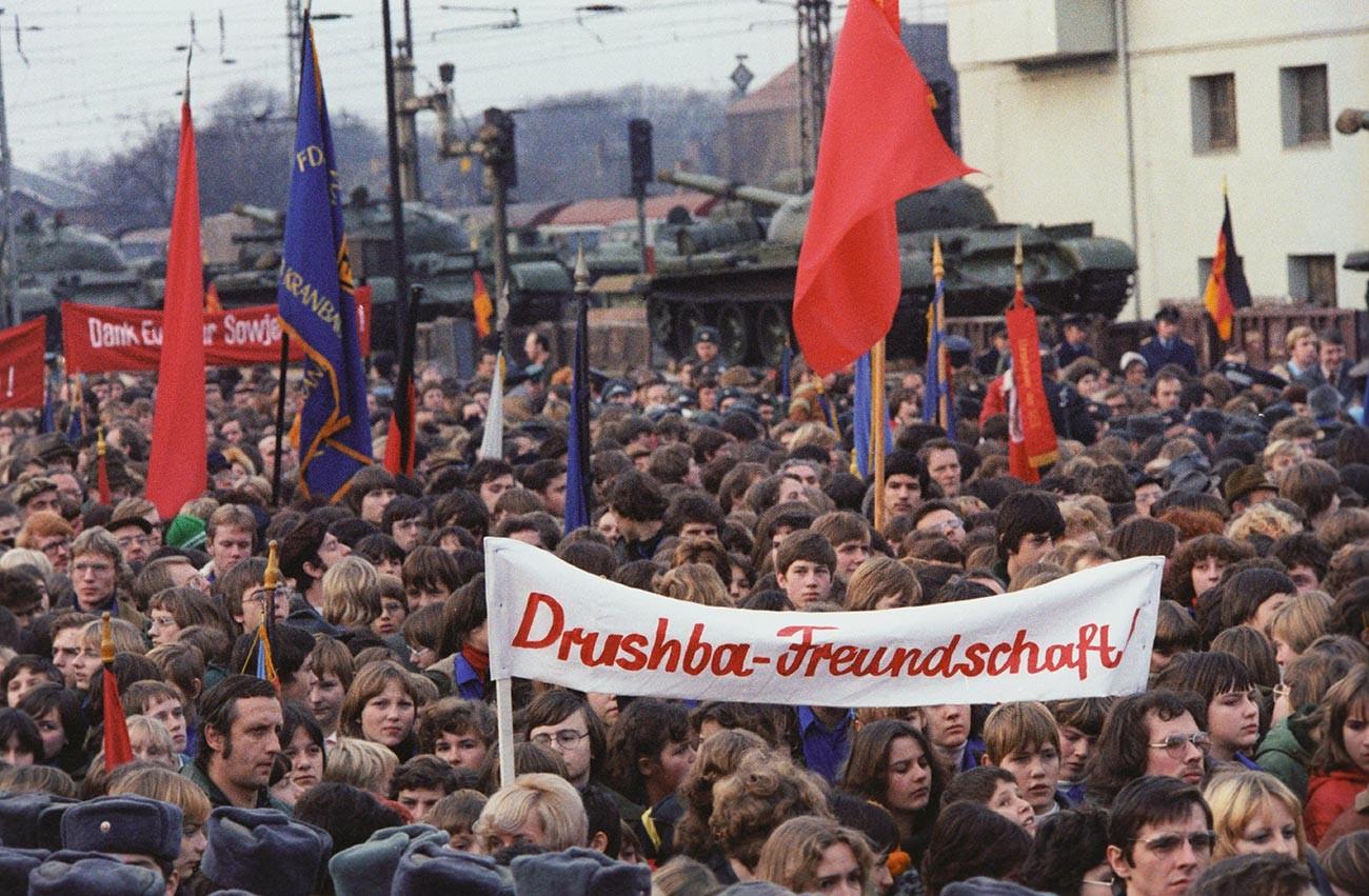 白いポスターでロシア語とドイツ語で書かれてあるのは「友情」