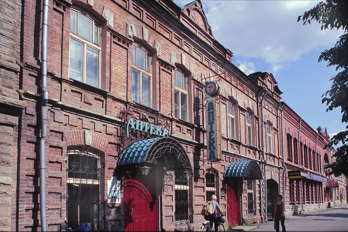 Chelyabinsk. Late 19th-century brick commercial buildings on Kirov (formerly Ufa) Street. July 13, 2003.