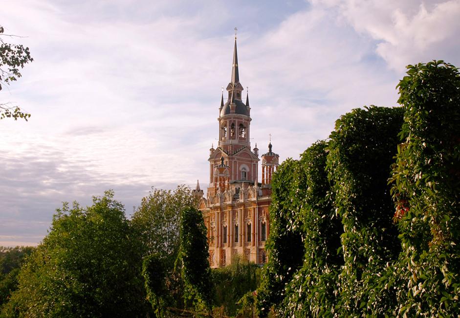 Največ pozornosti obiskovalcev pritegne Cerkev svetega Joahima in Ane. Zgrajena je bila konec 19. stoletja na mestu stare cerkve, od katere so ostali le temelji in oltar.