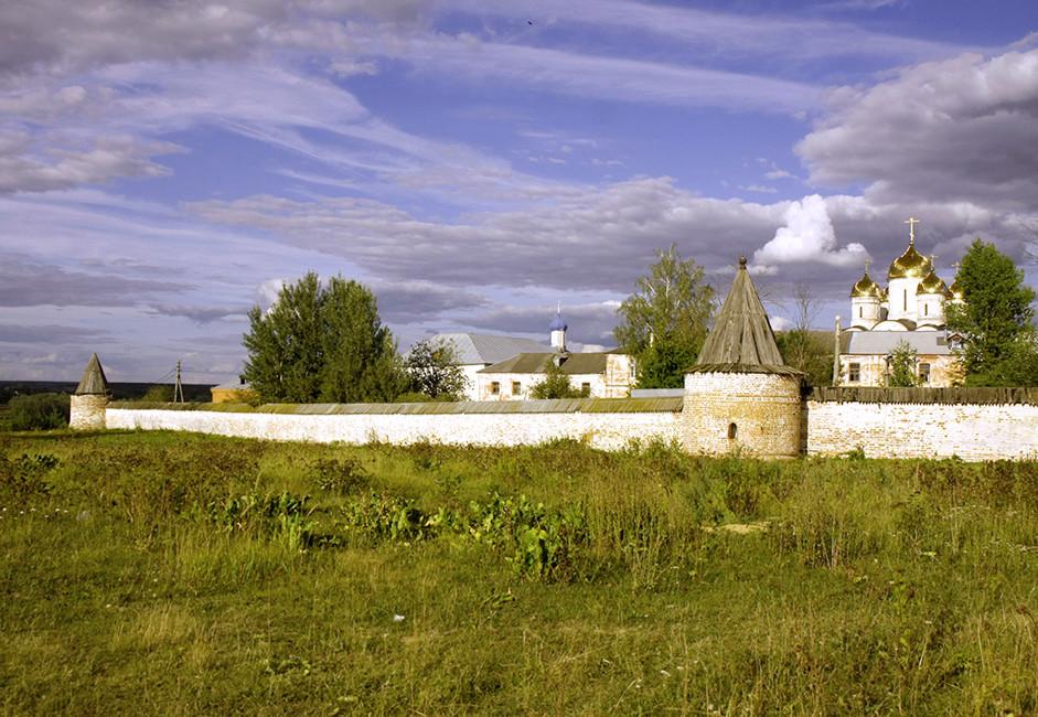 Če pridete v Možajsk, ne pozabite obiskati Terapontov samostan. Leta 1408 ga je postavil Terapont Belozerski, učenec svetega Sergeja Radoneškega.