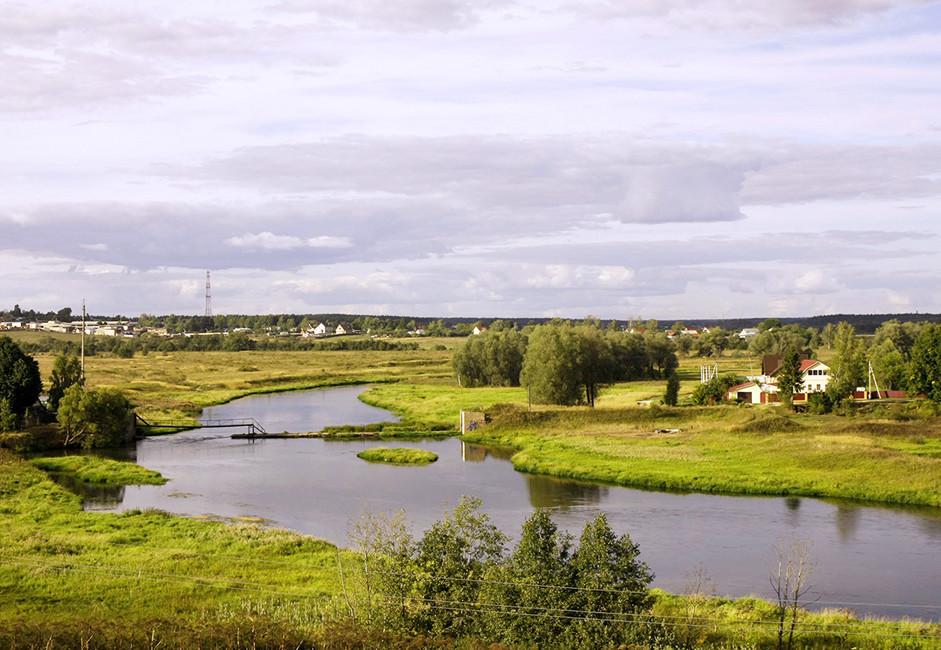 S hriba, na katerem se nahaja samostan, se ponuja čudovit pogled na izvir reke Moskve.
