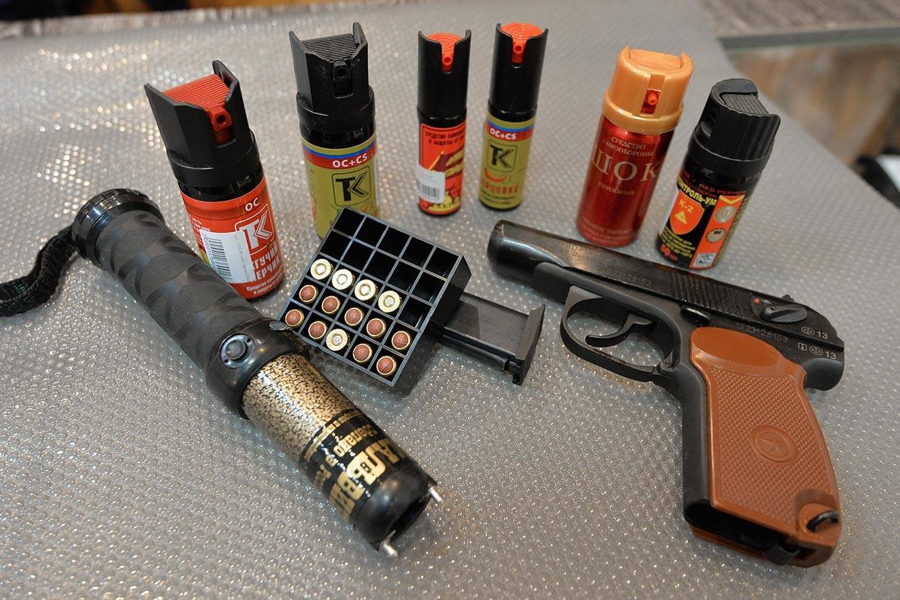 Оружје и средства за самоодбрану у продавници оружја.