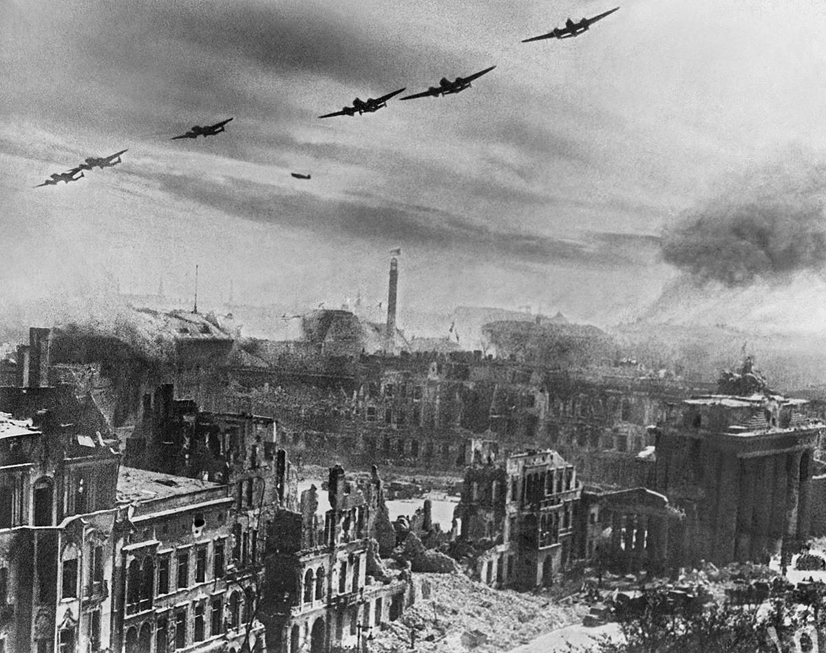 Съветски бомбардировачи участват във военни операции в битката при Берлин, 20 април 1945 г.