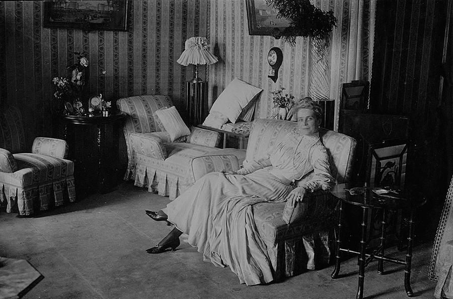 Princesa Zinaída Nikoláievna Iusúpova na sala.