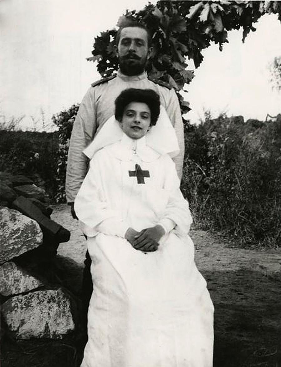 Guerra russo-japonesa. Irmã cristã e oficial diante de ruínas.