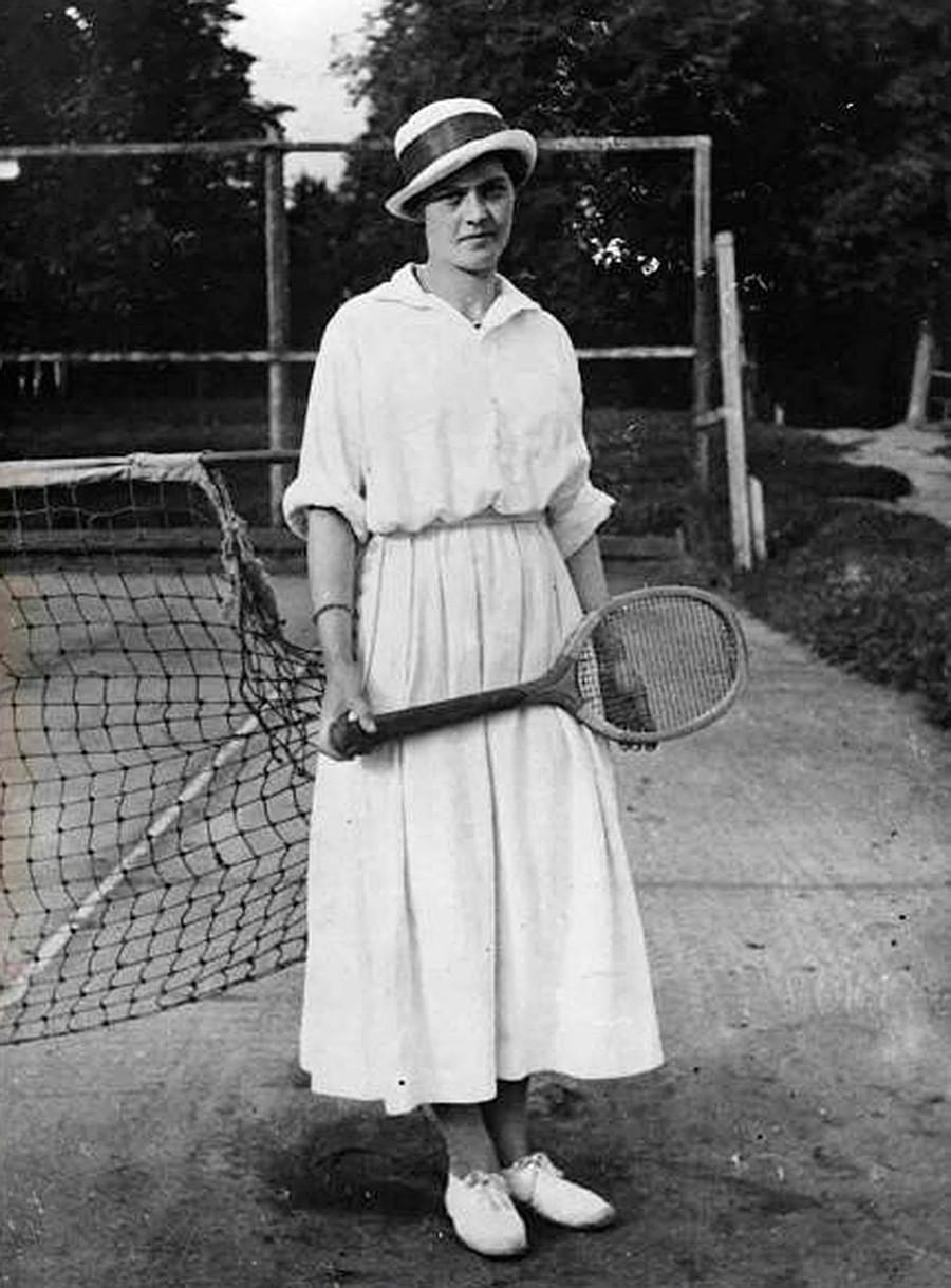 Garota com raquete de tênis.