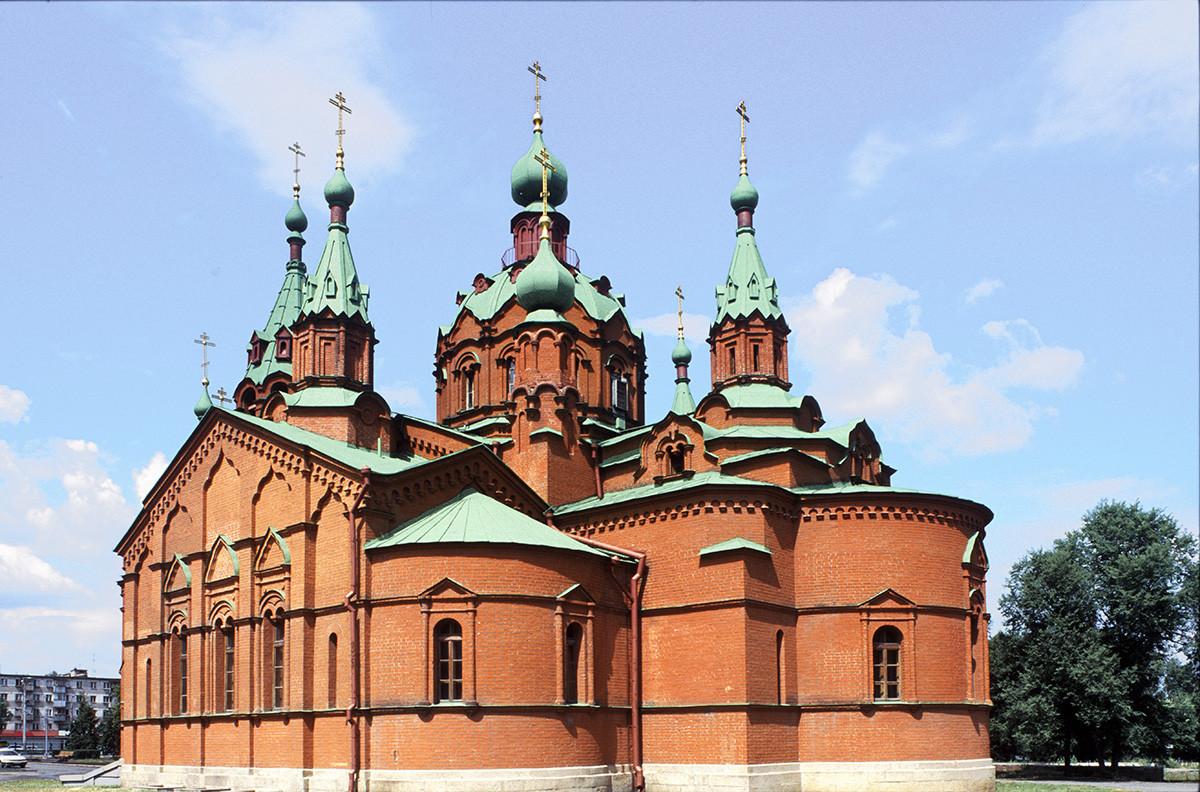 Cerkev sv. Aleksandra Nevskega, pogled iz jugovzhoda. Zgrajena v letih 1907–11 po zasnovi uglednega arhitekta Aleksandra Pomeranceva. Leta 1930 je bil zaprta in preurejena v planetarij. Restavrirana v osemdesetih letih kot koncertna dvorana. 23. julij 2003.