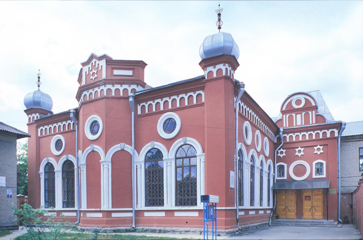 Čeljabinska sinagoga. Zgrajena leta 1903-05, je bila leta 1929 zaprta in preurejena v klub za Tovarno traktorjev v Čeljabinsku. V judovsko skupnost se je vrnila leta 1992 in bila obnovljena v letih 1999-2000. 12. julij 2003.