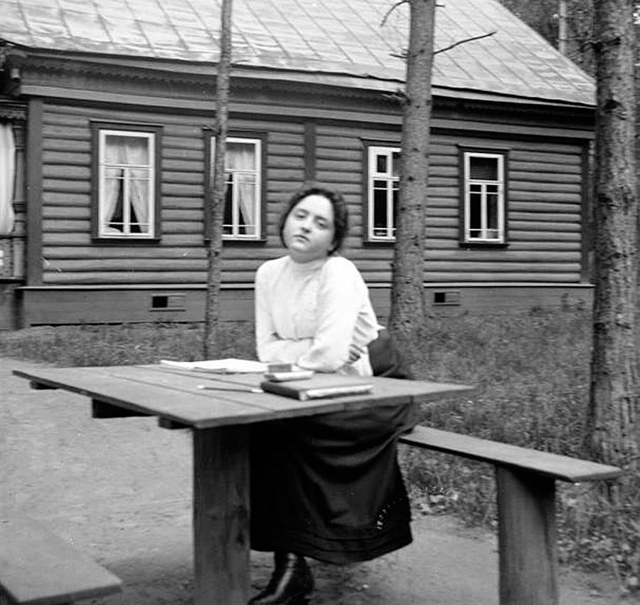 Seroang perempuan di taman dacha (vila pedesaan).