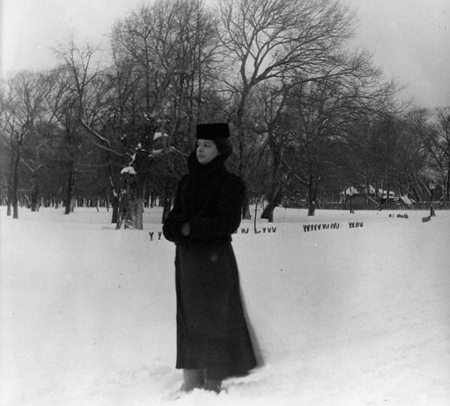 Seorang perempuan berdiri di hamparan salju.