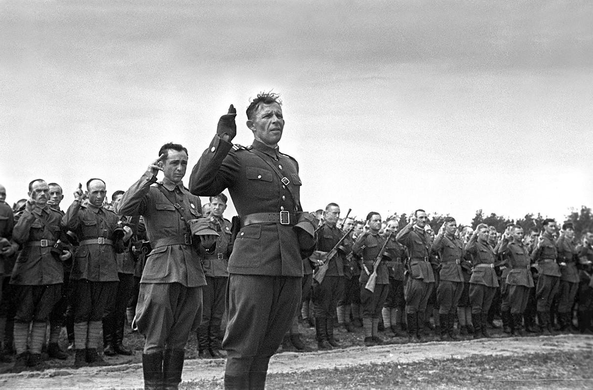 """Големата татковинска војна 1941-1945. Полската војска положува заклетва на церемонијата на формирањето на полската дивизија """"Тадеуш Кошќушко"""". Полковникот Зигмунд Берлин е поставен за командант на Првата полска пешадиска дивизија."""