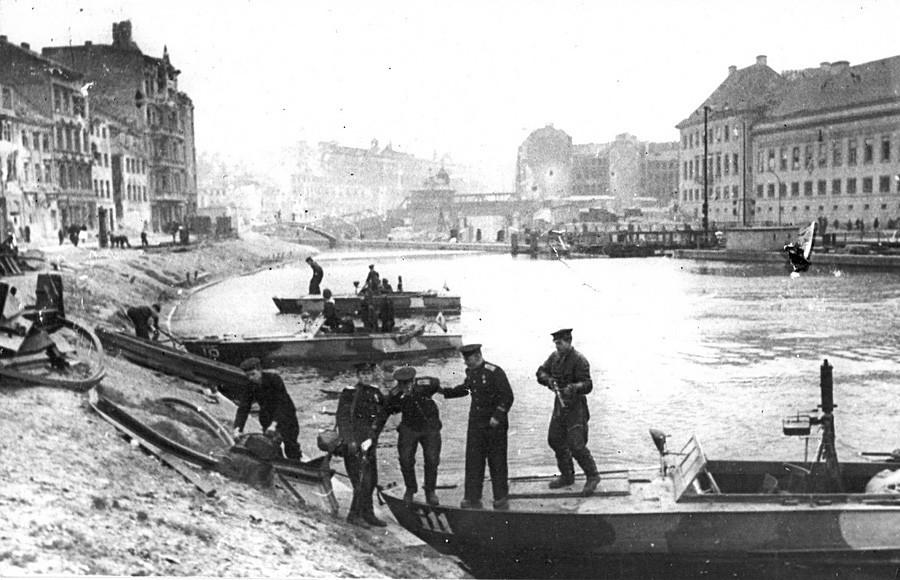 Днепарската воена флотила. Полуглисери на реката Шпре. Април, 1945 година.