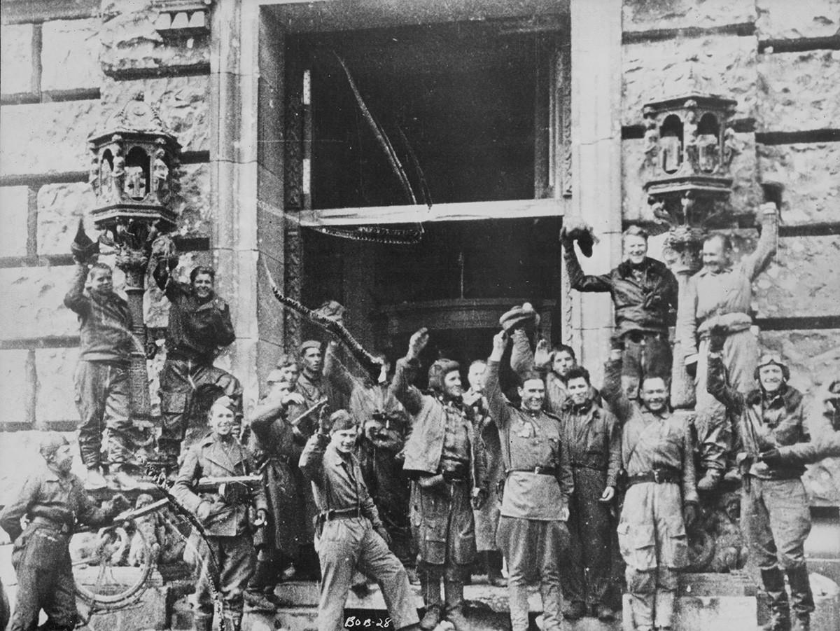 Војници на Црвената армија ја слават победата над нацистичка Германија пред зградата на Рајхстагот по битката за Берлин во Втората светска војна. Германија, 1945 година.
