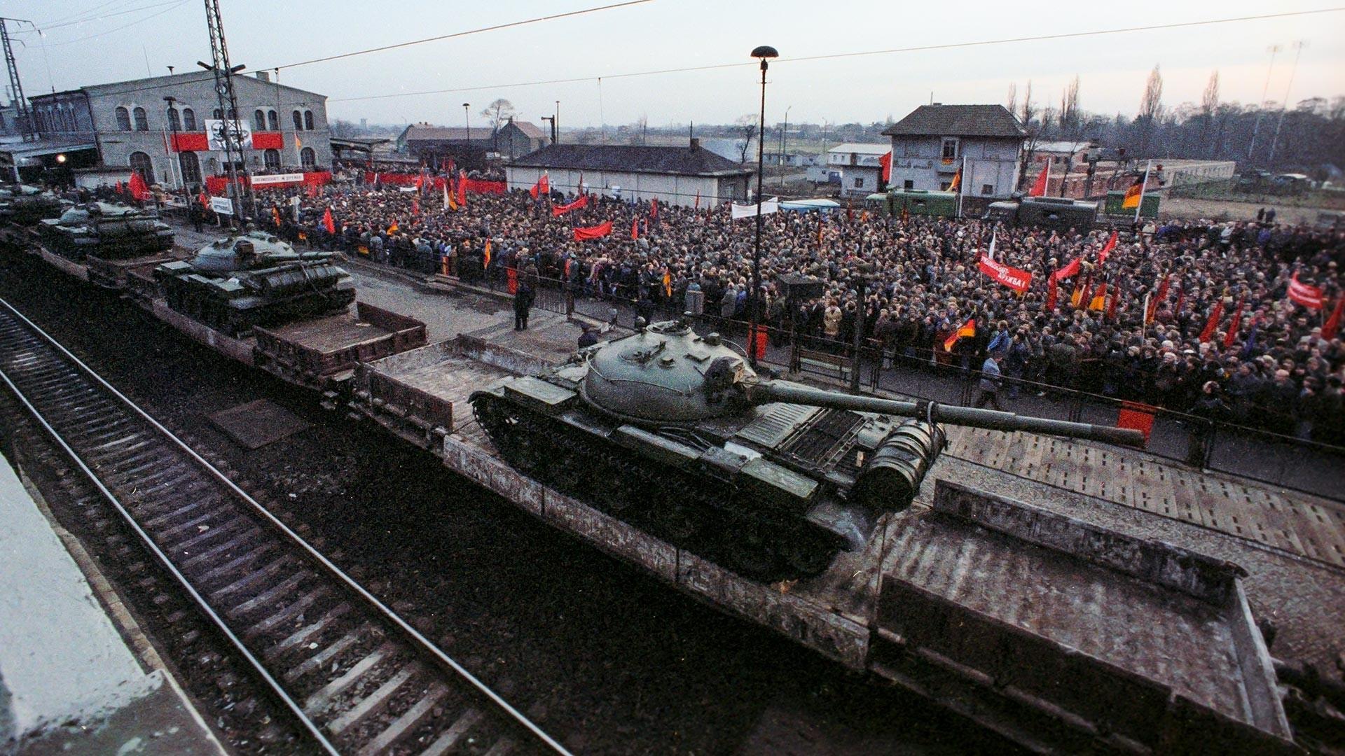 Retrait des unités militaires soviétiques du territoire de la RDA. Rassemblement dans la ville de Wittenberg consacré au départ du premier échelon de chars soviétiques, le 5 décembre 1979.