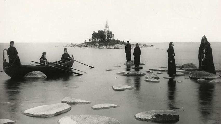 Monjes en el lago. Monasterio de Konevski, 1895-1905.