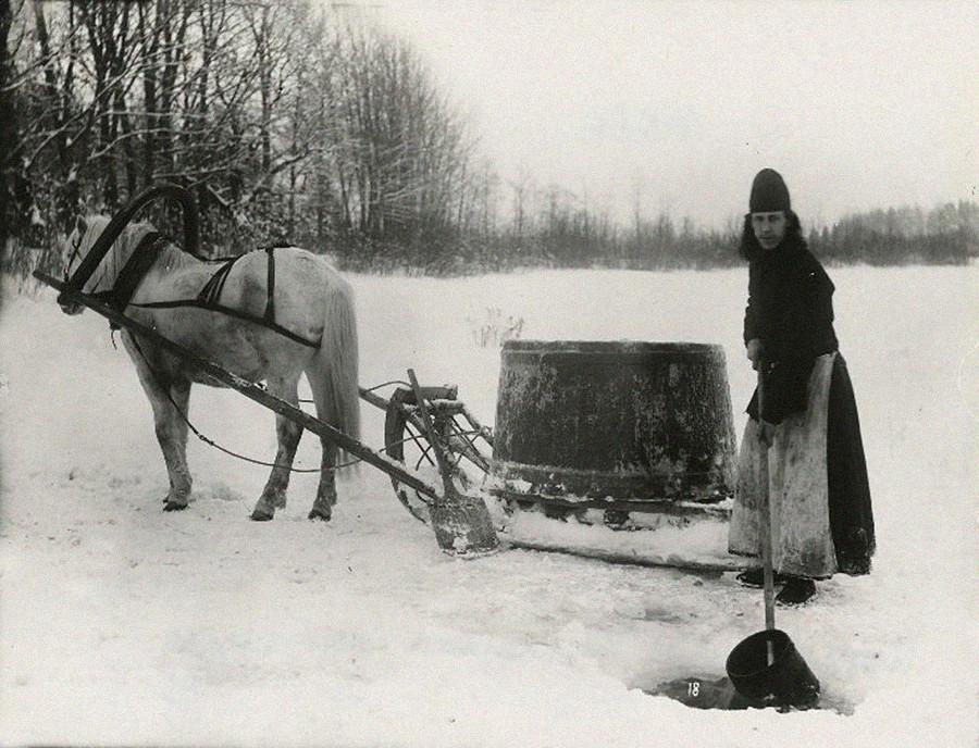Monje encargado del transporte de agua, ca. 1900