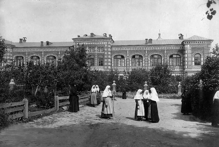 El pintoresco recinto del monasterio de Ponatáievski, 1890.